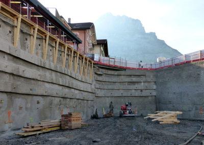 Baugrube mit Holzauskragung