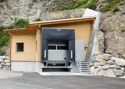 Portalgebäude mit LKW-Verladestation