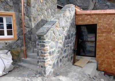 Wandverkleidung aus Natursteinen
