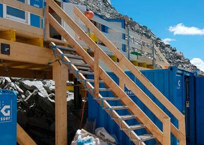 Zweistöckige Installationsplattform mit Treppe